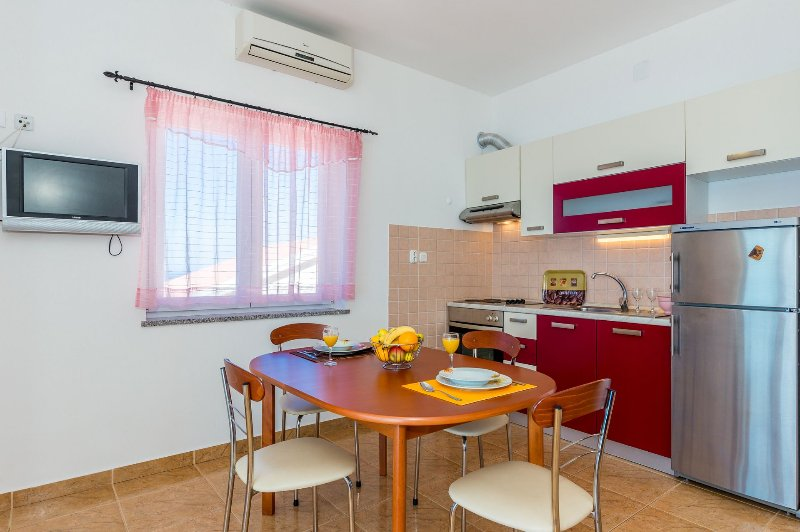 A3 Crveni (2+2): kitchen and dining room