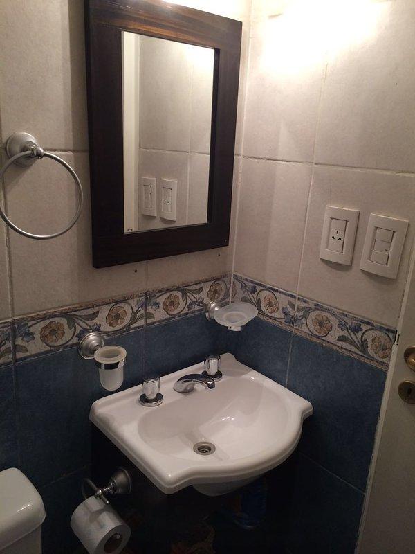 moderno bagno con doccia al piano superiore