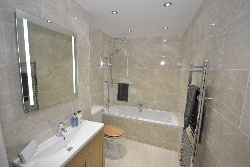 Cuarto de baño con ducha / bañera, WC, lavabo y espejo calentador