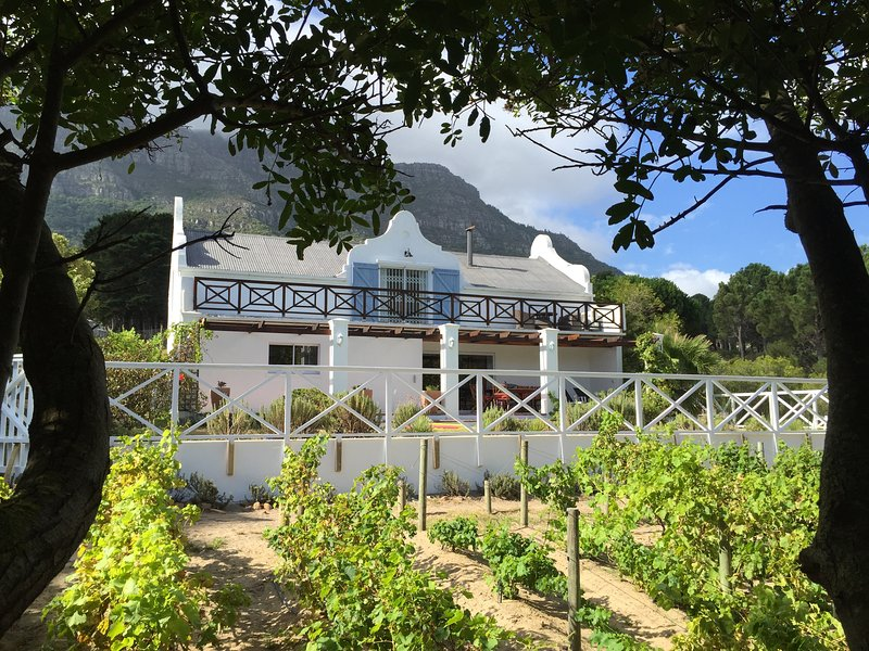 Shanka Villa, Cape dutch style house with private salt pool and garden, holiday rental in Hout Bay