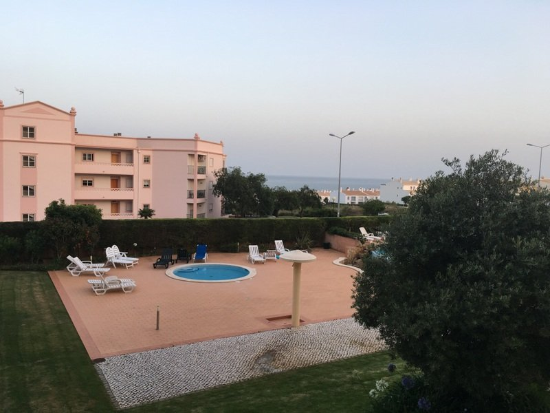 Pequeña piscina temprano en la mañana de nuestro mar balcón hacia atrás en la distancia (10 minutos andando)