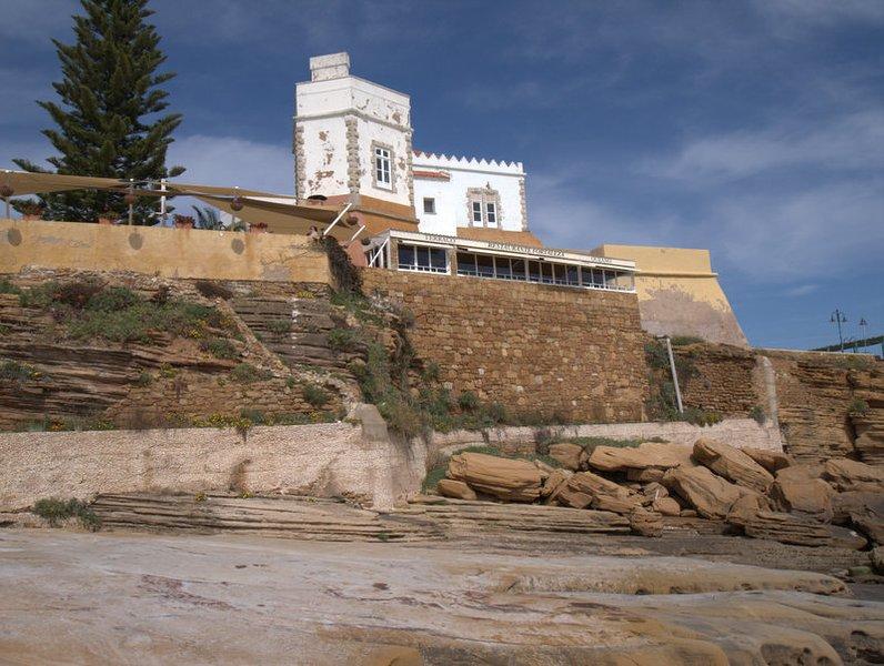 Vista de la Fortaleza de la pequeña playa en Luz