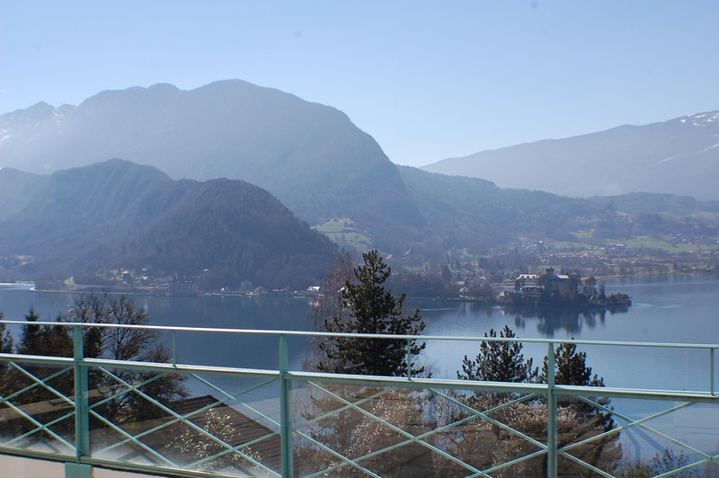 TALLOIRES -SUPERBE vue lac et Immense Terrasse, holiday rental in Alex