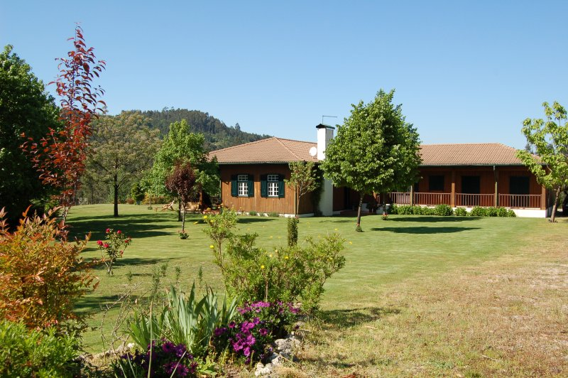 Casa Portinho de Cima is set right above the Tamega river with sensational views, location de vacances à Marco de Canaveses