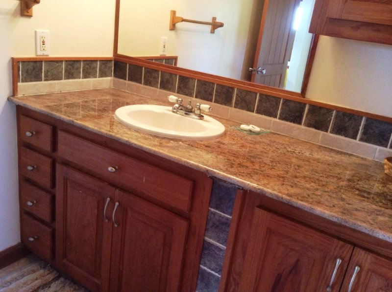 comptoir granit dans les salles de bains