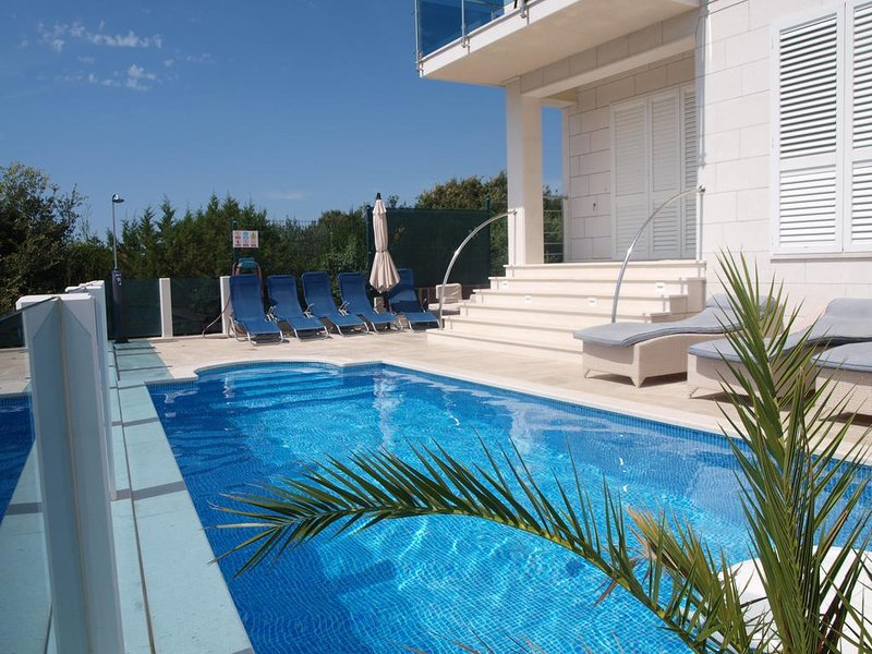 Villa Marki with pool and beautiful view, location de vacances à Trogir
