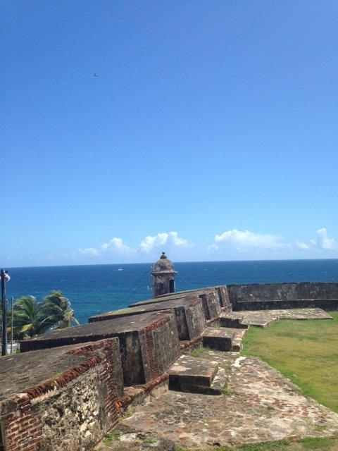 As paredes de Fort San Cristóbal, a uma curta distância, uma vista espectacular sobre o oceano