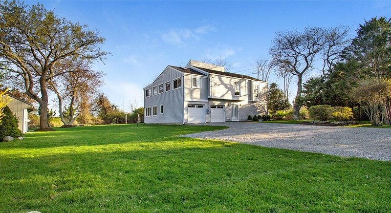 Waterview House Perfect for Large Families, location de vacances à Mastic Beach
