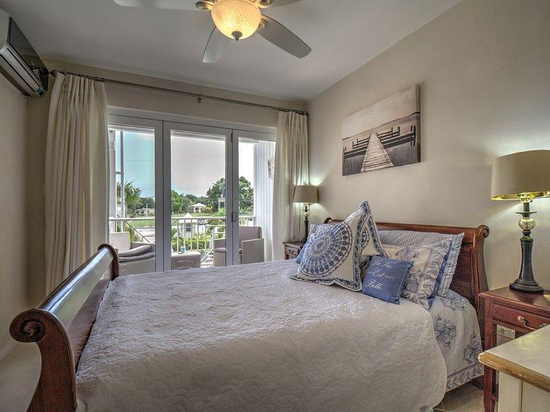 Dormitorio principal líder balcón a través de puertas bi-plegables