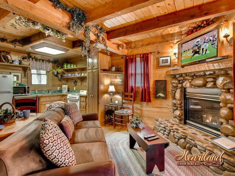 Un dormitorio cabina privada en Gnatty Branch Village