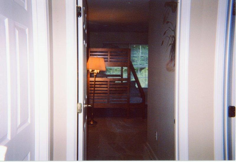 3 dormitorios en segundo nivel con una cama litera pirámide, dos más completa