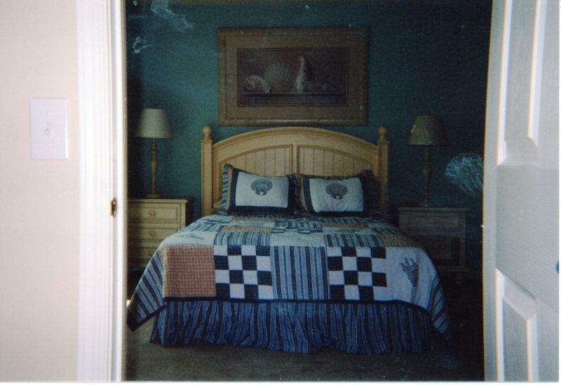 2 dormitorios en segundo nivel con cama de matrimonio.