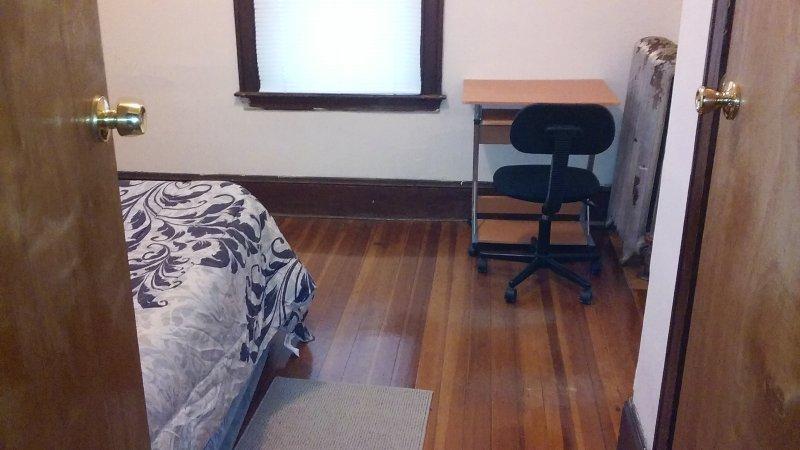 Habitación privada invitado con Airbed, Computadora Escritorio y silla.