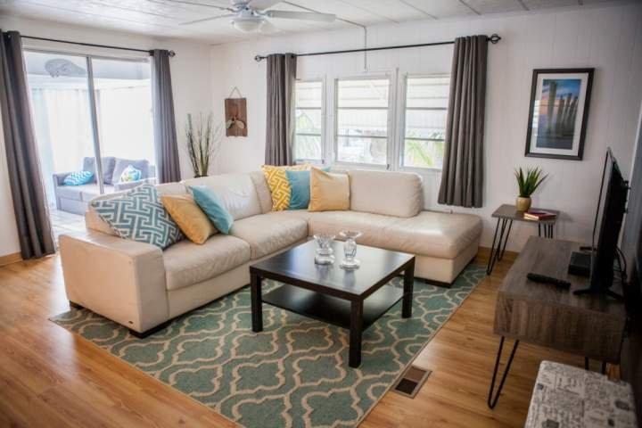 espaçosa sala de estar completa com um ecrã plano