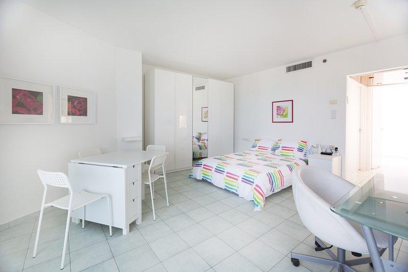 Een warm en licht gevulde kamer op de 13e verdieping, rustig en prive