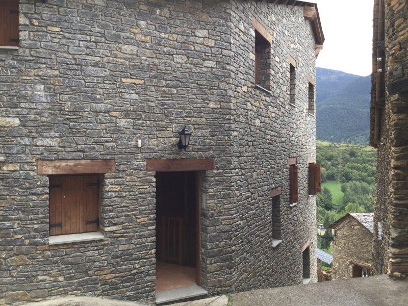 APARTAMENTO EN LOS PIRINEOS- BURG ( FARRERA ) CAL DOMENEC - WIFI GRATIS Chimenea, location de vacances à La Torre de Cabdella
