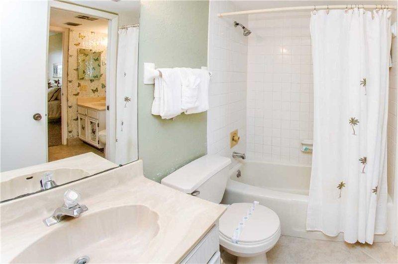 Bathroom,Indoors,Toilet,Bathtub,Tub