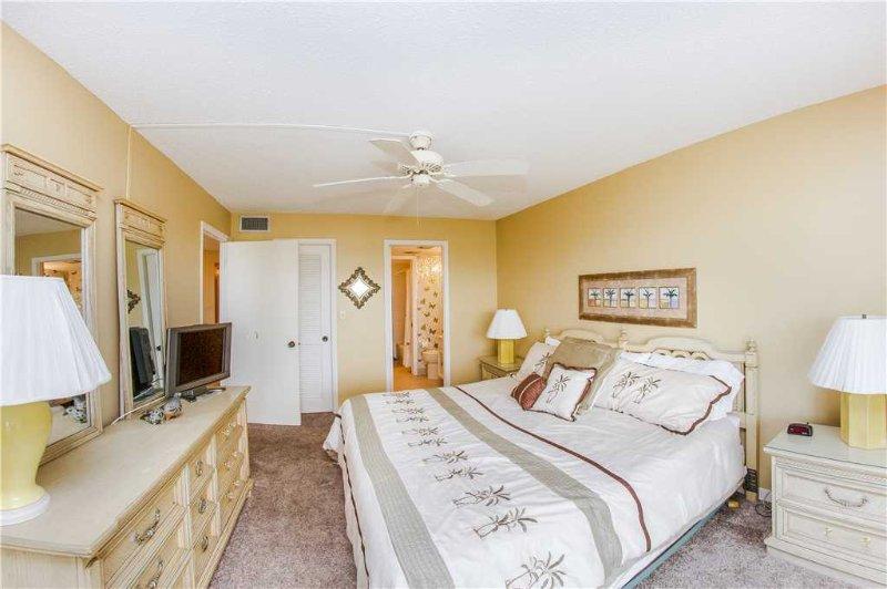 Bedroom,Indoors,Room,Furniture,Lamp