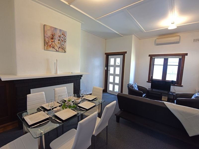 Beautiful 2 bedroom central Hobart apartment fully equiped with wifi, patio etc Dine in style for 6