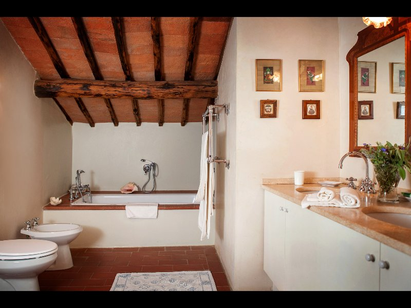 Master bathroom with tub and handheld-shower (en-suite to the master bedroom)