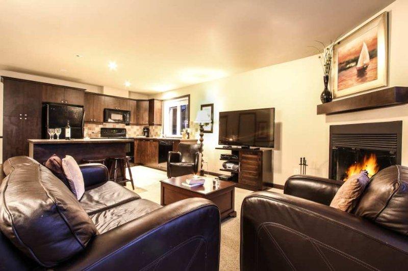 Das moderne Wohnzimmer verfügt über einen Gaskamin und einen Flachbild-TV