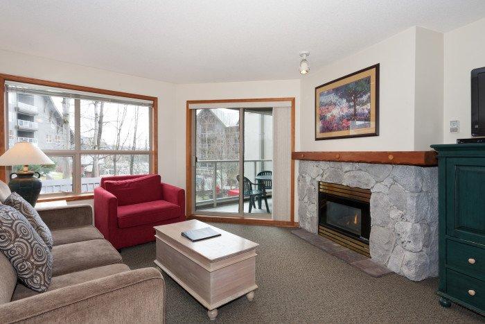 Preciosa sala de estar con chimenea