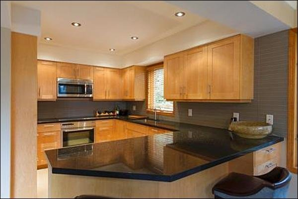 Cucina gourmet moderna con mobili in acero e elettrodomestici Miele