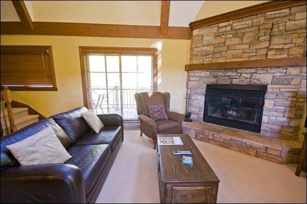 Sala de estar possui uma grande lareira a gás