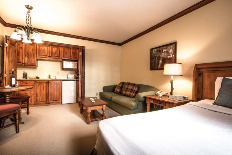 Sala de estar tem uma cama queen size e sofá-cama