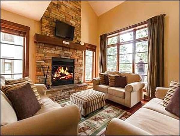 Acogedora sala de estar con televisor de pantalla plana y chimenea