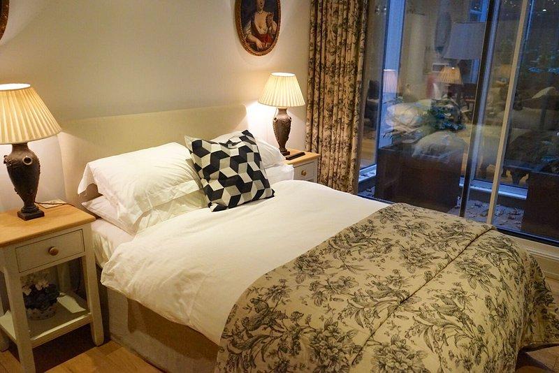 """quarto duplo com casa de banho privativa com pequeno-almoço incluído. nome da sala """"Simon"""""""