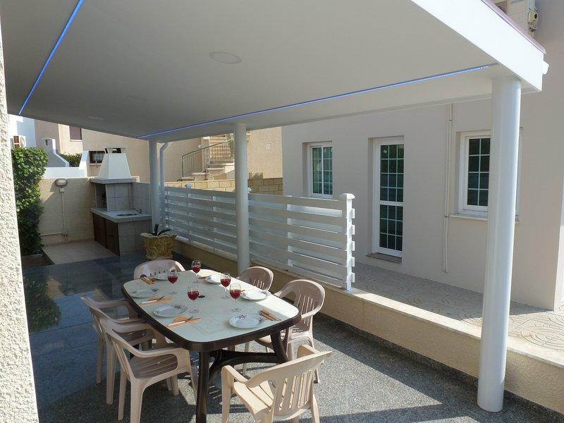 Sea View 4 bedroom Villa, Free Wifi, alquiler vacacional en Oroklini