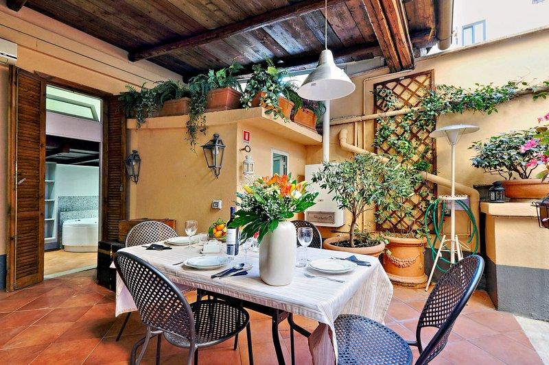 Pleasant Rome Apartment Directly Across from the Colosseum - Palatina, location de vacances à Castel Romano