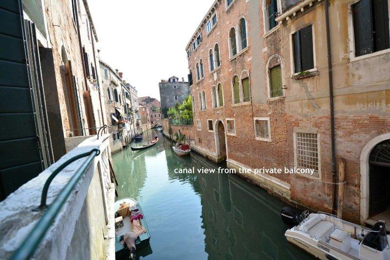 Blick auf den Kanal und einen privaten Balkon, wo Sitzung - nur wenige Schritte von der Rialto, tolle Lage, Internet