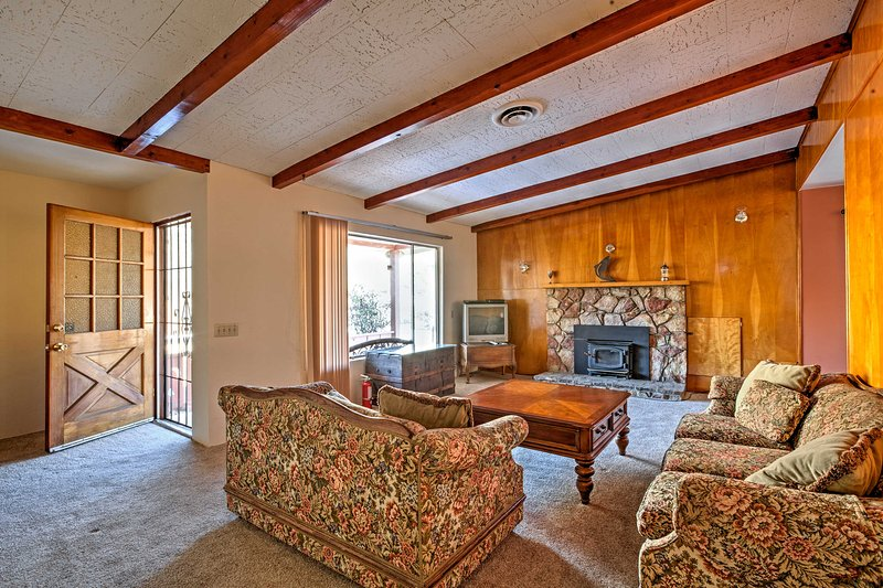 Elevate your California retreat with this bright Kernville vacation rental cottage.