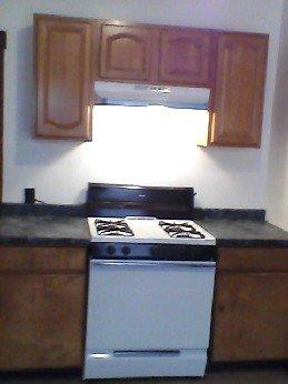 Gabinete de cocina, horno y encimeras.