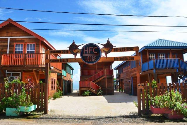 Ceci est l'entrée HFC Lodge à la propriété.