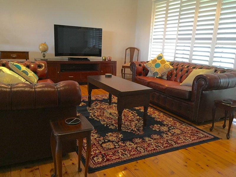 Der offene Wohnbereich verfügt über zwei Chesterfield Lounges und großen Plasma-TV.