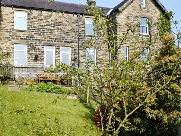 SWIFT COTTAGE, stone-built terrace, close to amenities, walks, cycling, WiFi, holiday rental in Summerbridge