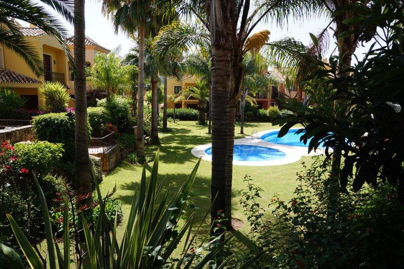 Preciosa casa en Golden Mille. Piscina en comunidad tranquila.WIFI. 5 min playa, vacation rental in Marbella