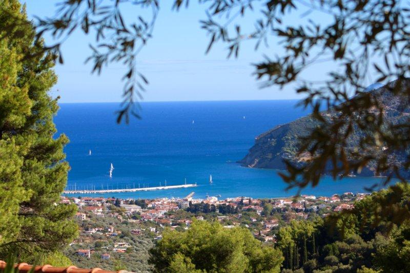 Vue de la ville de Skopelos et la mer depuis la véranda
