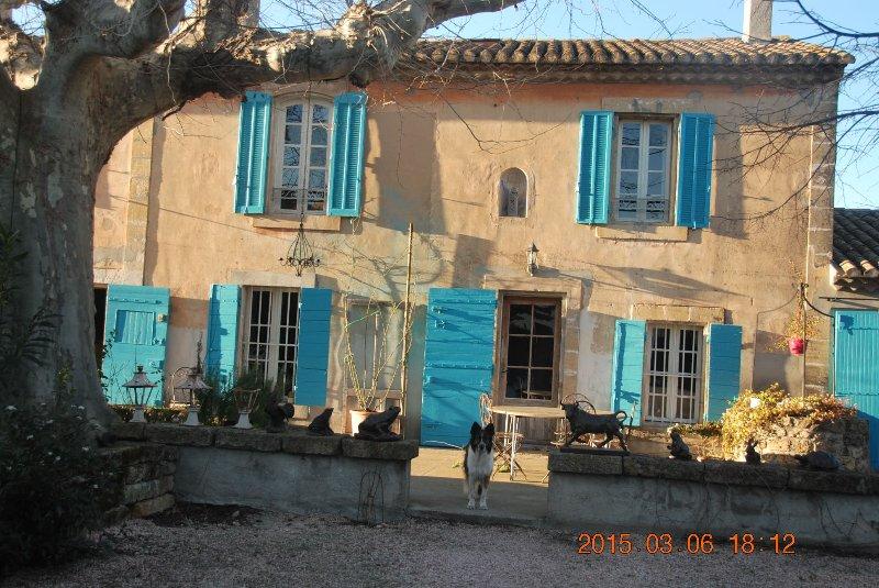 Grande chambre dans vieux mas provençal, location de vacances à Eyguières