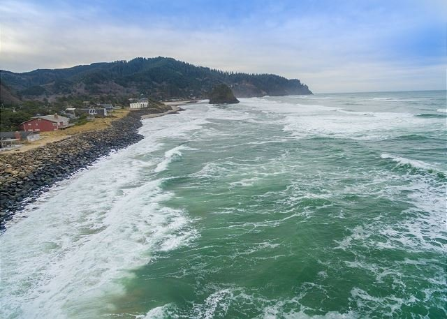 Pacific Sands Resort  #18 – Truly on the beach at this very oceanfront condo!, alquiler de vacaciones en Neskowin