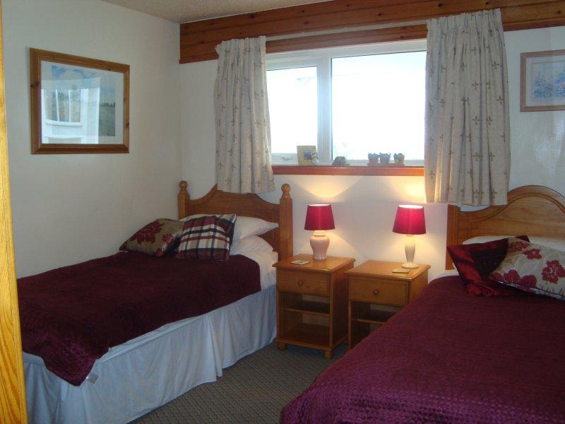 Schlafzimmer 2, weiße Decken und Burgunder Samt Typ wirft.