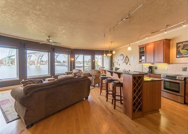 Luxury bay front condo just south of the Newport bridge with stunning views!, holiday rental in Newport