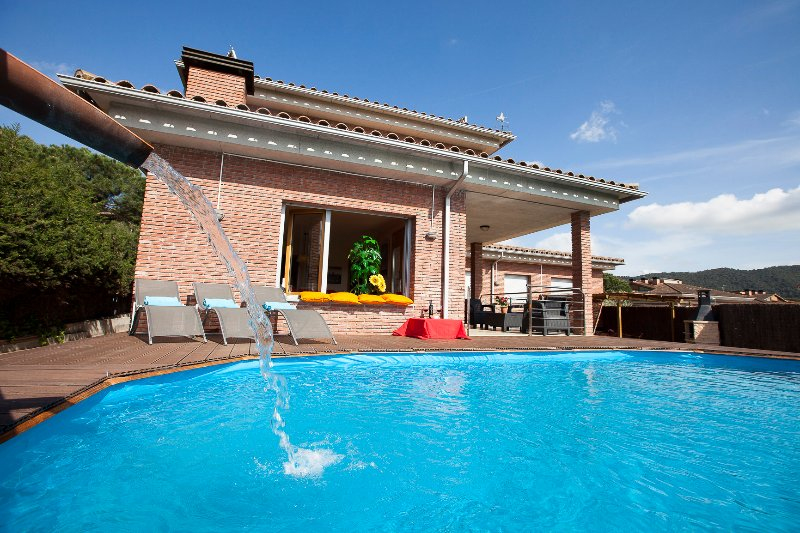 Villa 15´ from beach, near Barcelona, Pool, BBQ, all private, train direct aerpo, holiday rental in La Garriga