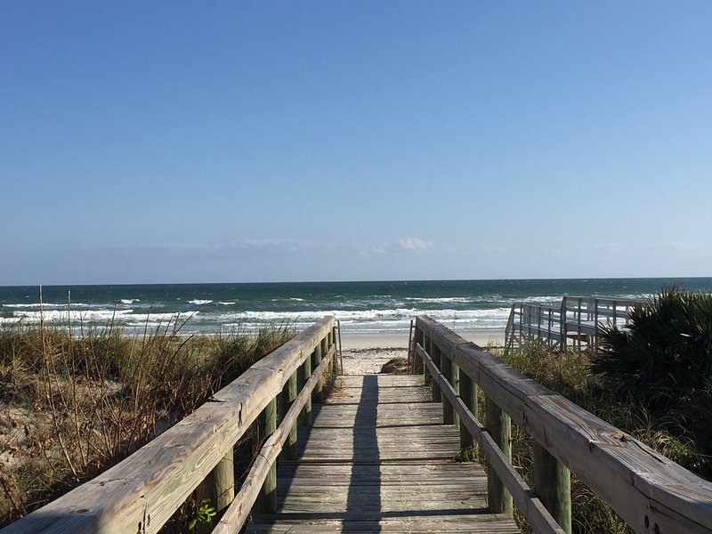 passerelle plage à la fin de la rue, à moins de 3 minutes à pied.