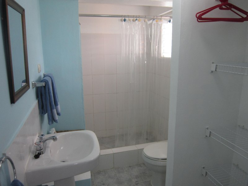Salle de bains avec grande douche et eau chaude