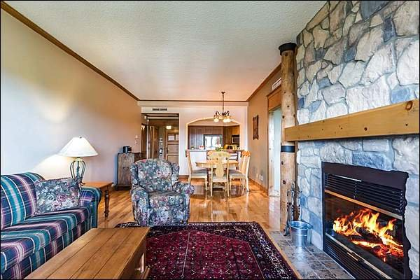 Hermosa sala de estar con chimenea de dos lados