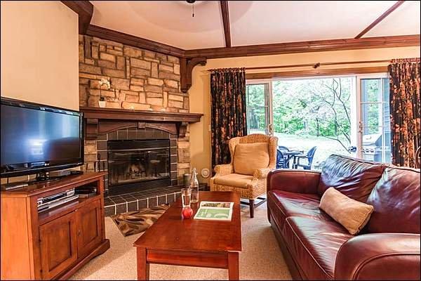 Impresionante sala de estar con chimenea de leña